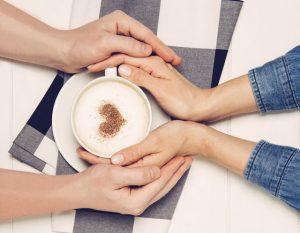 чашка кофе и руки